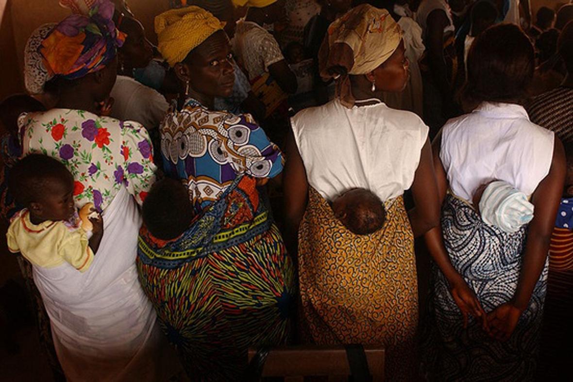 """Résultat de recherche d'images pour """"Porter bébé en pagne dans le dos à l'africaine"""""""